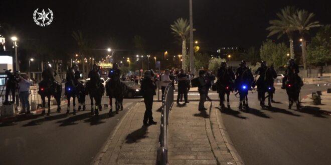 הניפו דגלי פלסטין ויידו אבנים לעבר שוטרים: עשרות מחו במזרח ירושלים