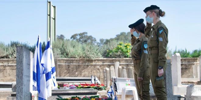 חיילי צה״ל ומפקדיו פקדו הבוקר את קברי חיילי צה״ל בבתי העלמין...