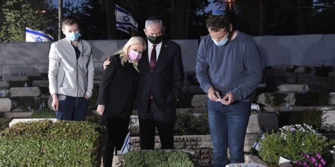 """לקראת יום הזיכרון: ראש הממשלה ומשפחתו פוקדים את קבר יוני נתניהו ז""""ל"""