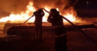 רמלה - שריפת מערום צינורות פלסטיק סמוך לשכ...
