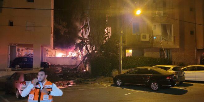 אין נפגעים מפגיעת הטיל שפגע בין בניינים בפתח תקווה