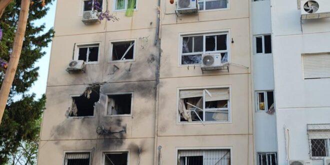 גבר בן 40 נפצע בינוני – קשה מפגיעה ישירה של רקטה בבניין מגורים באשקלון