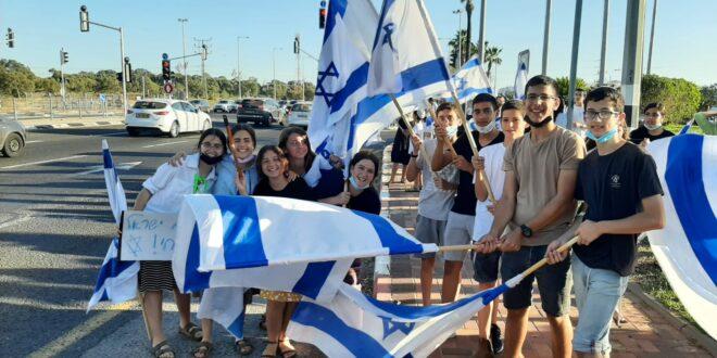 צפו: חניכי בני עקיבא במפגן תמיכה בצמתים ובגשרים ברחבי הארץ