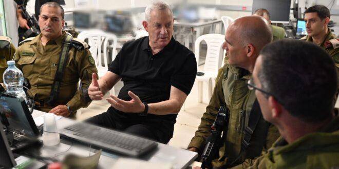 """גנץ סמוך לגבול עזה: """"אנחנו תוקפים ומפתיעים את חמאס כל הזמן"""""""