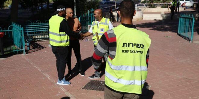 צוותי חירום מסייעים לדיירים בזירת פגיעת הרקטה בבניין בבאר שבע