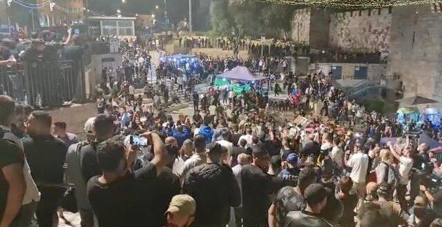 מפגינים מתפרעים סמוך לשער שכם בירושלים, כוחות המשטרה פועלים לפיזורם