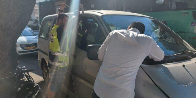 """ילדה בת שנתיים ננעלה בשגגה בתוך רכב בפ""""ת וחולצה בשלום"""