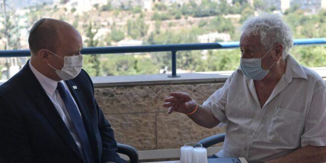 """בנט בביקור בדיור מוגן בירושלים: """"מאומתים הם לא חזון הכל, שמנו יעד לשמור על הכלכלה"""""""