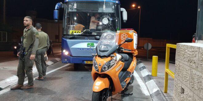 גל הטרור נמשך: זריקת אבנים על אוטובוס באזור יהודה ושומרון, הנהג נפצע קל