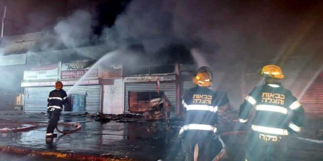 11 צוותי כיבוי פעלו בשריפה שפרצה במתחם חנויות באשדוד