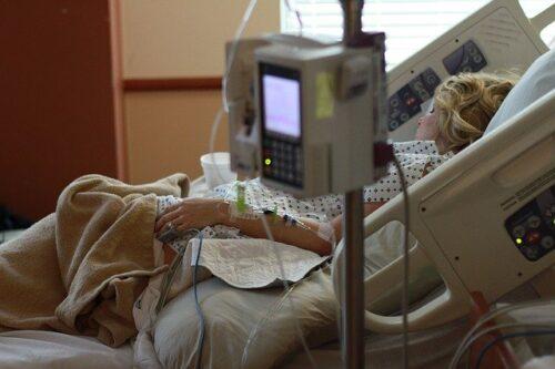 אישה בבית חולים