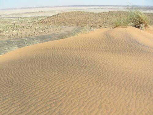 חולות נודדים במדבר הקלהרי שבדרום אפריקה. מדידות ריכוזי האיזוטופים הקוסמוגניים המצטברים בהם מאפשרים לתארך את הופעתם בנוף.