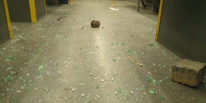 גל הטרור נמשך: נזק לאוטובוס עקב זריקת אבנים בשער שכם בירושלים
