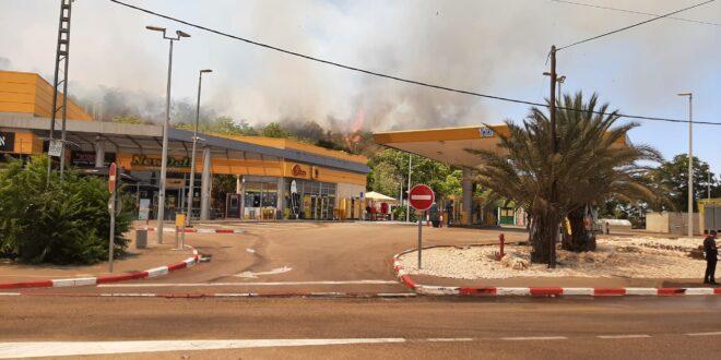 """השריפה בשורש: כביש 1 נפתח לתנועה לכיוון ת""""א, אוטובוסים של תלמידים חולצו מהמקום"""