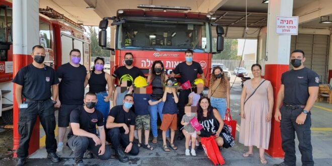המשפחות שפונו מהבניין שקרס בחולון ולוחמי האש שפינו אותם במפגש מרגש