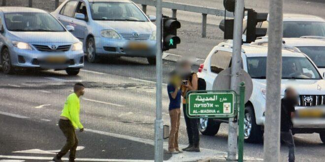 פלסטיני מואשם ביידוי אבנים לעבר רכב צבאי במהלך הפגנת תמיכה באסירים