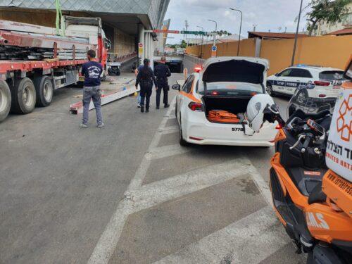 מפעיל משאית מנוף נפצע קשה בהרצליה