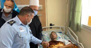 """ביקור המפכ""""ל אצל השוטר שנפצע בדריסה בנהריה"""