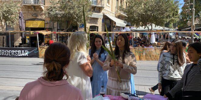 עשרות נשים נטלו ארבעת המינים וקיימו את מצוות החג במרכז ירושלים
