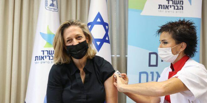 הנהלת משרד הבריאות מתחסנת נגד מחלת השפעת