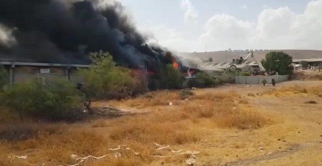שריפה פרצה במפעל באזור תעשיה מישור אדומים, אין נפגעים